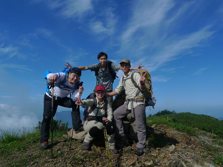 这次爬山之旅好像我们几个都特别喜欢射日这个pose...